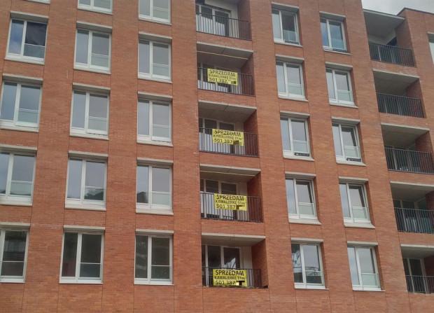 Budynek to nie słup ogłoszeniowy, więc także takie działanie, jak wywieszanie banerów ogłoszeniowych w oknach czy na balkonach mieszkań, jest niedopuszczalne w myśl uchwały krajobrazowej.