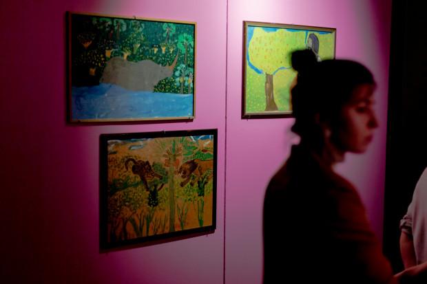 """Wystawa """"Szkoła Polataka. Sudan 1992/ Uganda 2003"""" w Wielkiej Zbrojowni prezentuje niezwykle barwne prace dzieci doświadczonych przez wojnę w Sudanie."""