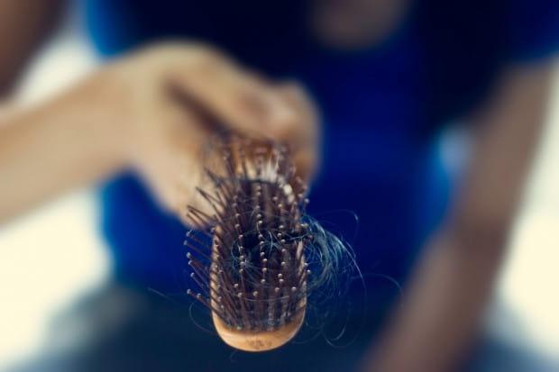 Niezliczenie wiele czynników może powodować nadmierne wypadanie włosów. Może być to chociażby nieprawidłowa dieta.