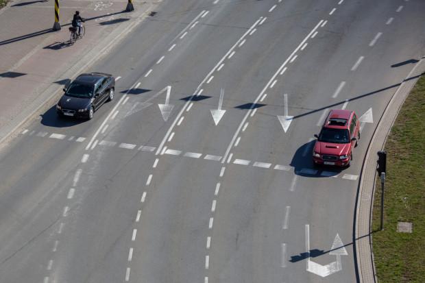 Najdalej w ciągu kilku tygodni, większość wytartych bądź zupełnie niewidocznych poziomych znaków drogowych w Gdańsku zostanie odtworzona.