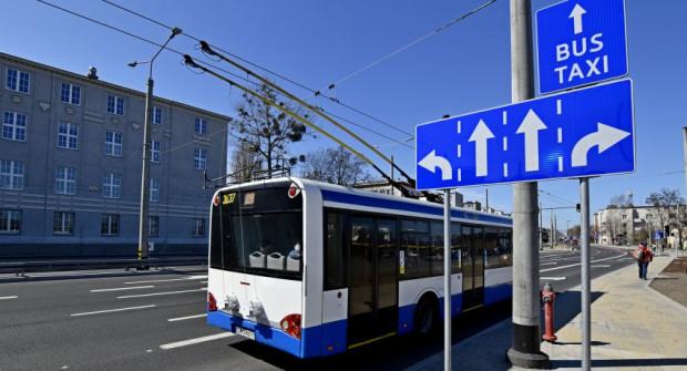 Trolejbusy, autobusy i taksówkarze mogą jechać po buspasach.
