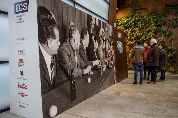 Logo Solidarności na boku instalacji ze zdjęciem z podpisania porozumień sierpniowych w 1980 to jedyny widoczny przykład wykorzystania znaku należącego do związku w siedzibie ECS, poza wystawą stałą.