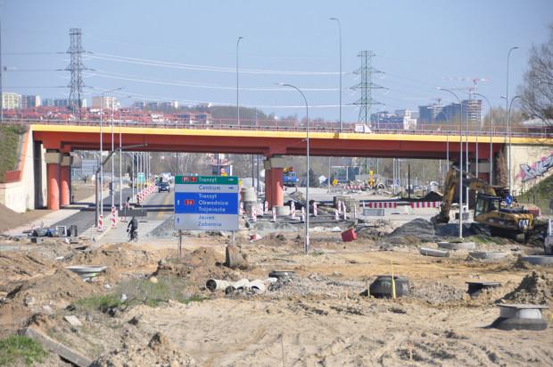 Rozkopana Jabłoniowa w rejonie skrzyżowania z Trasą WZ to obok powstającej Nowej Bulońskiej największy plac budowy na południu Gdańska.