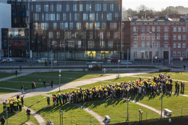 Około godz. 17:30 na Placu Solidarności utworzono wielki wykrzyknik.