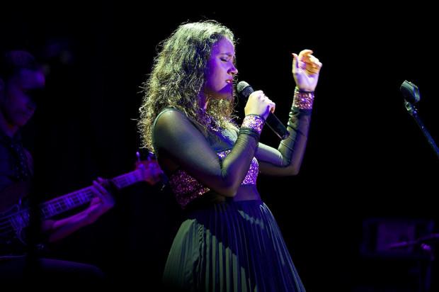 Mayra Andrade, której występ przed pięcioma laty siestowa publiczność przyjęła tak entuzjastycznie, wystąpi w Filharmonii Bałtyckiej 26 kwietnia o godz. 17.