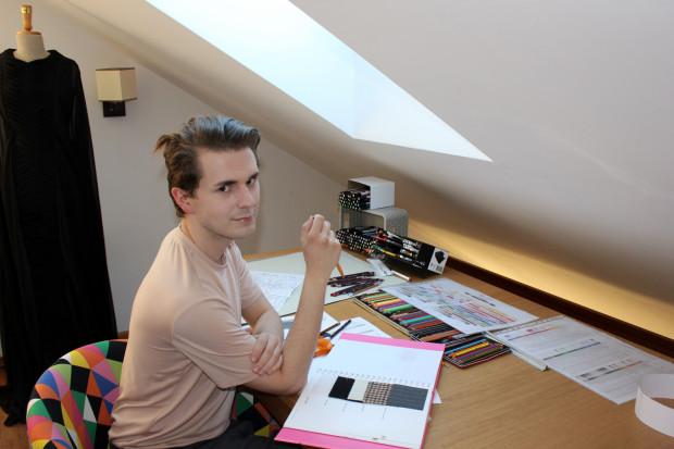 Damian Głażewski ma 27 lat i pochodzi z Gdańska. Modą fascynuje się od 15 roku życia, a jednym z jego marzeń jest stworzenie własnej marki odzieżowej.