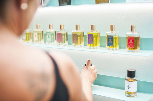 Test zapachu przeprowadzany jest w wyspecjalizowanych perfumeriach.