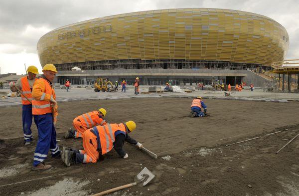 Stadion ma prawo być placem budowy do 30 czerwca. Dlaczego chcieliśmy, by goście chodzili po piachu i zerkali, czy nic nie spada im na głowę?