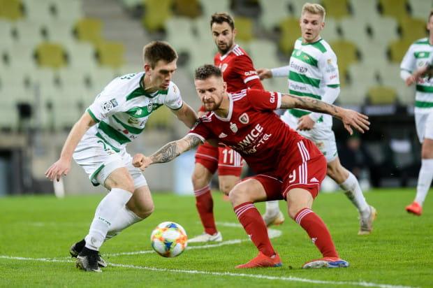 Trzy tygodnie temu bramki dla Lechii Gdańsk strzelali obrońcy, w tym Michał Nalepa, a Piast Gliwice przegrał, bo żadnej z kilku dogodnych okazji na gola nie wykorzystał Piotr Parzyszek. Obaj na zdjęciu.
