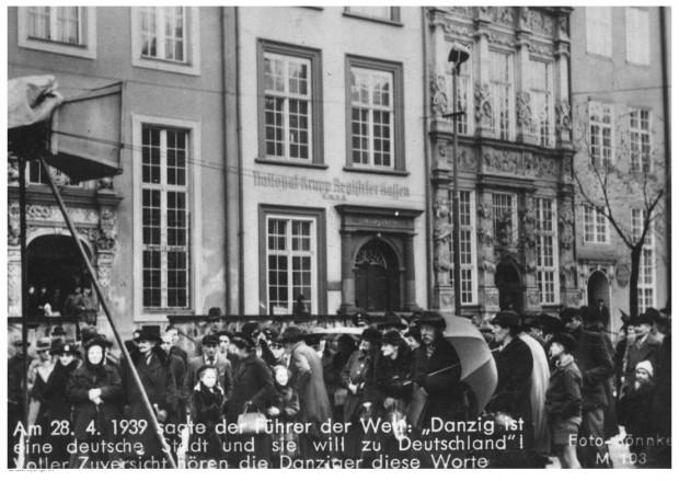 28 kwietnia 1939 r.  Mieszkańcy Gdańska słuchają przez głośniki przemówienia Hitlera dotyczącego Gdańska. Zdjęcie: Sonnke Foto Gdańsk