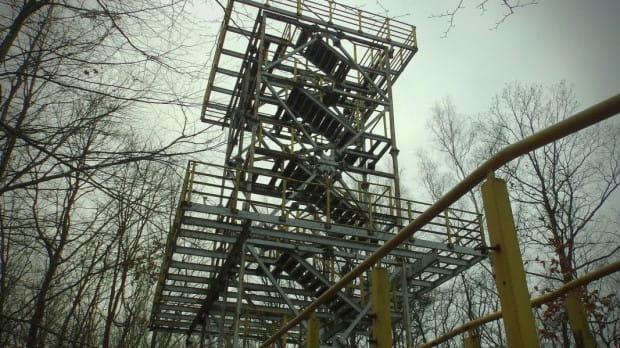 Wieża widokowa czeka na remont, ale na prace modernizacyjne się nie zanosi.