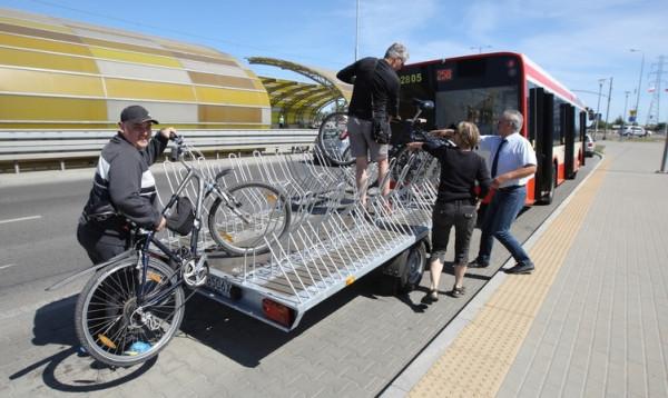 Płatny autobus z przyczepą rowerową kursuje tylko przez kilka miesięcy w roku. Miał on zastąpić dla rowerzystów całoroczny prom w Nowym Porcie.