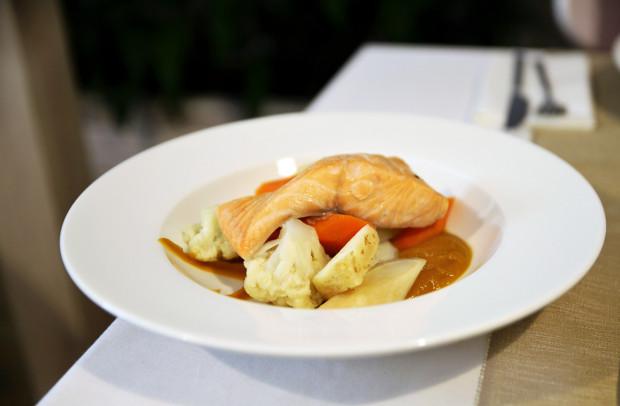 Łosoś gotowany w bulionie warzywnym na puree z dyni.