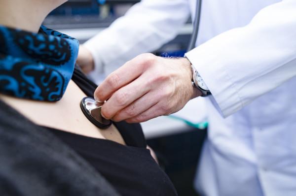 Jeśli cierpimy na nawracające bóle w klatce piersiowej, nie należy zwlekać z wizytą u kardiologa.