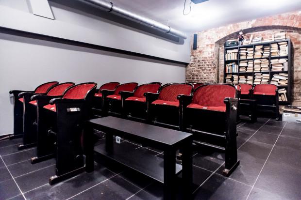 W Starym Kadrze wyróżnia się kinem w podziemiach.