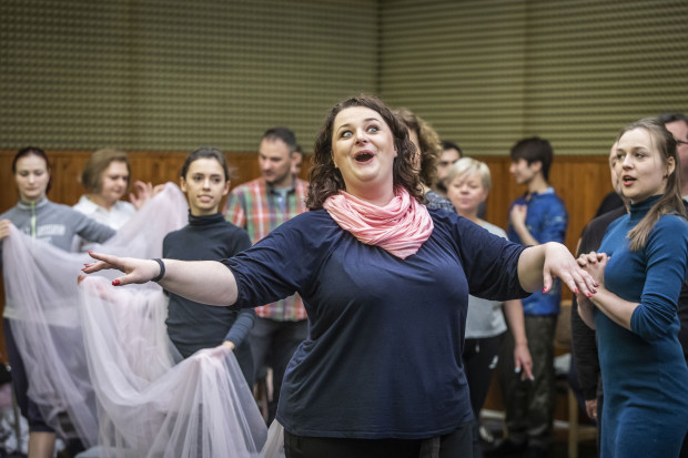 Główną partię kreują dwie sopranistki - Anna Patrys i Monika Świostek (na zdjęciu na pierwszym planie).