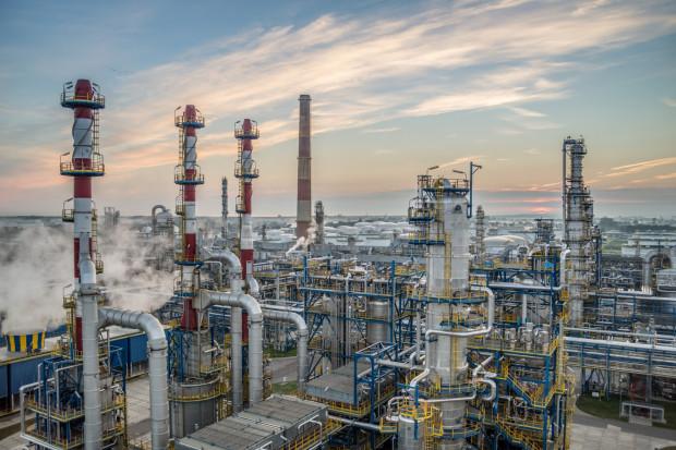 Ze względu na pogorszenie się parametrów jakościowych rosyjskiej ropy Rebco Ministerstwo Energii podjęło decyzję o wstrzymaniu dostaw surowca w punkcie Adamowo. Na razie zapasy ropy naftowej pozwalają na utrzymanie ciągłości produkcji rafinerii Grupy Lotos w Gdańsku.