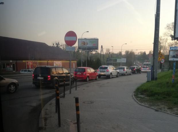 Tak w praktyce wygląda zamknięty dla ruchu fragment Jabłoniowej, gdy na miejscu nie ma policji.