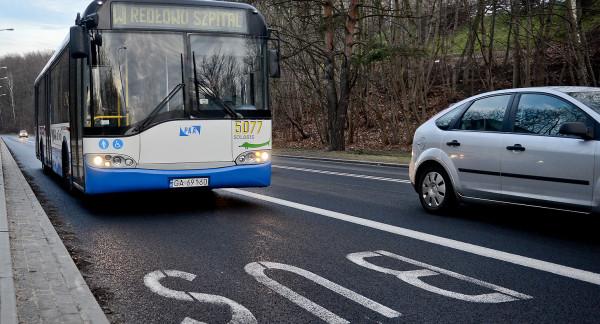 Po buspasie na ul. Kieleckiej w Gdyni nie mogą jeździć taksówki. Na innych, podobnych pasach ruchu w mieście jest to dozwolone.