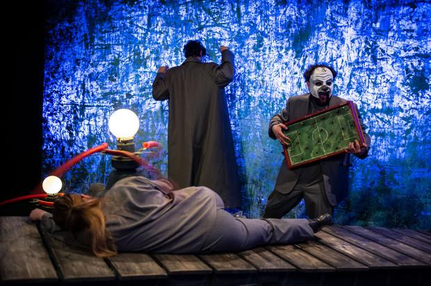 """""""Śniący chłopiec"""" Teatru Miniatura sięga w mroczne zakamarki duszy, by pokazać świat bez woalu i znieczulenia."""