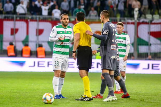 8e8f7fbef Nie wszystkie decyzje Daniela Stefańskiego były zrozumiałe dla piłkarzy. Na  zdjęciu arbiter w rozmowie: