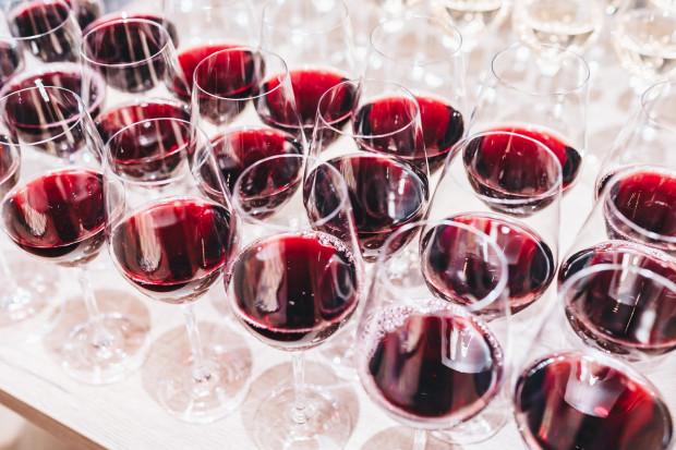 Wina bezalkoholowe i wegańskie stają się coraz bardziej popularne.