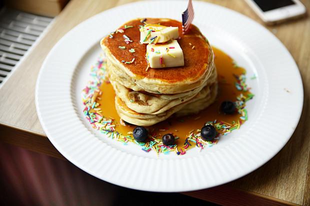 Pankejk Klonowy - masło, syrop klonowy i owoce.