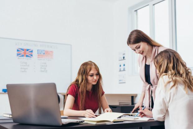 Specjaliści przekonują, że dwujęzyczne dzieci są bardziej otwarte na świat, łatwiej sobie radzą w życiu, szybciej się uczą.