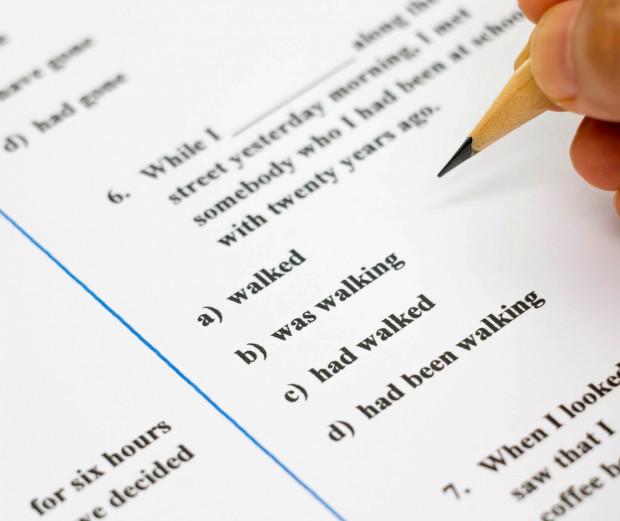 Wybierając edukację w dwóch językach można zdecydować się na dwie opcje. Pierwszą jest szkoła, drugą są klasy dwujęzyczne.