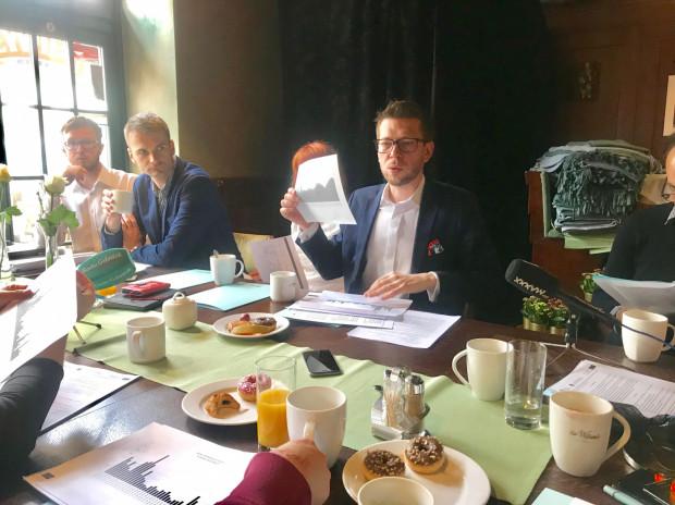 Dyrektor biura OMGGS Michał Glaser na spotkaniu z dziennikarzami pokazywał wykresy dostępności rowerów. Od 30 kwietnia liczba dostępnych rowerów zwiększa się.