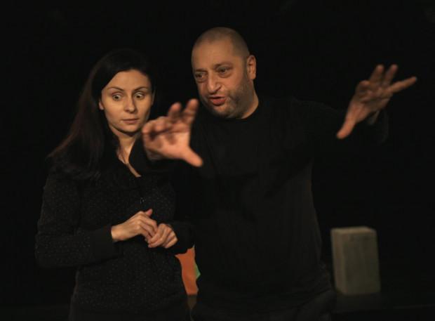 """Spektakl """"Nic nas tu nie trzyma"""" Teatru w Blokowisku zobaczymy 11 maja (godz. 19) na MonoDuo jako przedstawiciela organizatora MonoDuo, z udziałem pomysłodawcy przeglądu i jednocześnie reżysera i aktora przedstawienia, Marka Branda (gra razem z Ewą Dziedzic, na zdjęciu)."""