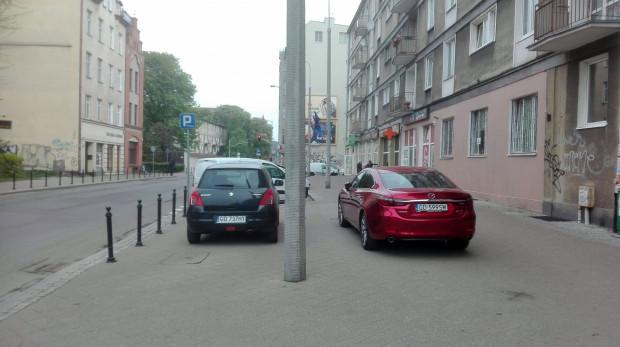 Wzdłuż ul. Łagiewniki zamontowane są słupki. Kierowcy je jednak ignorują i pozostawiają auta na środku chodnika.