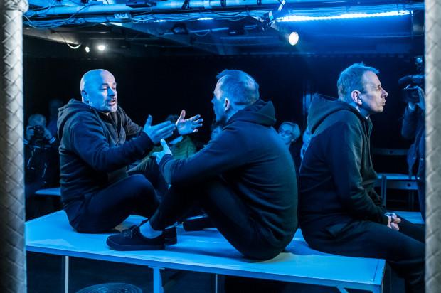 """Bardzo udany jest """"eksperyment Stomila"""", czyli jednoaktówka """"Na pełnym morzu"""" w wykonaniu tria Bogdan Smagacki (po lewej), Rafał Kowal (po prawej) i Dariusz Szymaniak (w środku)."""