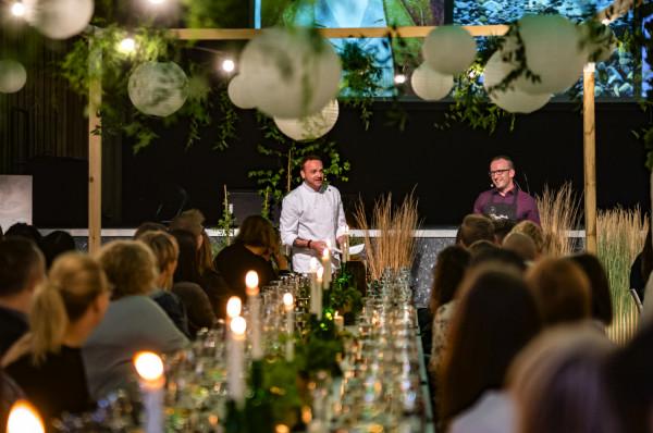 Mateusz Gessler i Wojtek Cyran zgrabnie, z dużą dozą humoru i anegdot poprowadzili spotkanie oraz przystępnie opowiedzieli o profesjonalnym degustowaniu wina.