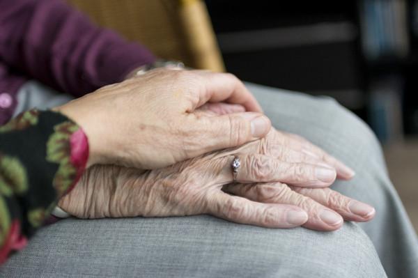 Wiele osób na co dzień zmaga się z opieką nad starszymi rodzicami, dziadkami czy niepełnosprawnymi osobami.