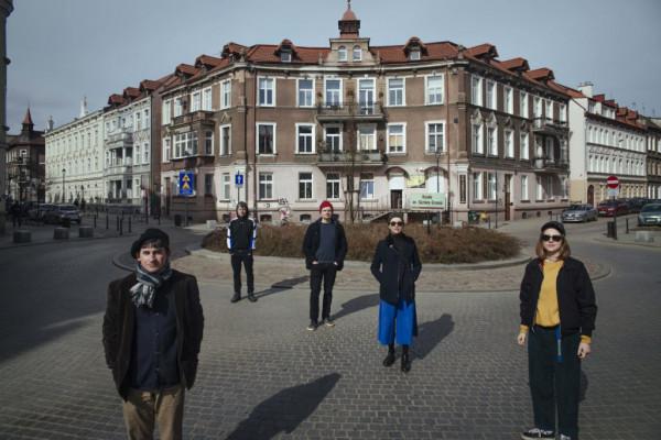 Pięcioro perkusistów, którzy dadzą swoje koncerty w różnych miejscach dzielnicy.