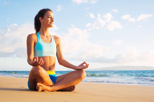 Aktywność fizyczna to nie tylko trening. Długie spacery, przejażdżka rowerem po pobliskich lasach, siatkówka, joga na plaży czy pływanie z pewnością pozwolą nam spalić więcej energii.