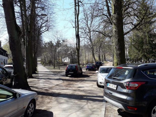 Kierowcy odwiedzający cmentarz w Oliwie dotychczas parkowali w bocznej uliczce od ul. Opackiej