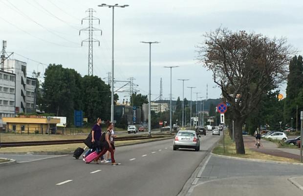 Policjanci przypominają, że pieszy jest zobowiązany do oceny prędkości nadjeżdżających pojazdów, zachowania ostrożności przy niesprzyjających warunkach oraz ograniczonego zaufania do innych uczestników ruchu.