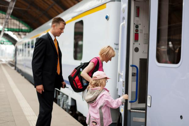 Podróżując z dzieckiem pociągiem pamiętajmy o dokumencie potwierdzającym jego wiek i - kiedy przewoźnik tego wymaga - nabyciu w kasie biletu upoważniającego do przejazdu ze 100 proc. zniżką.