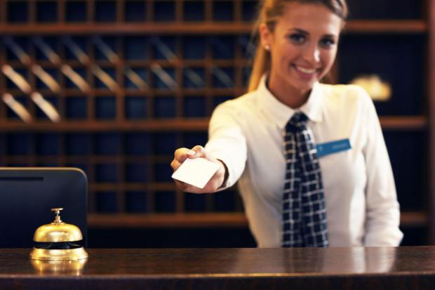 Część pracodawców przekonuje, że wakacyjna praca może przekształcić się w stałe zatrudnienie.