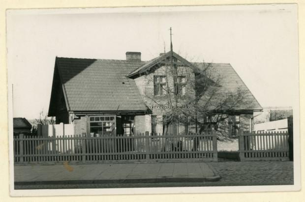 Dom  przy ul. Starowiejskiej 30 w Gdyni, w którym ostatnie lata swego życia przeżył Antoni Abraham, stan z lat 30. XX w. (ze zbiorów Muzeum Miasta Gdyni)