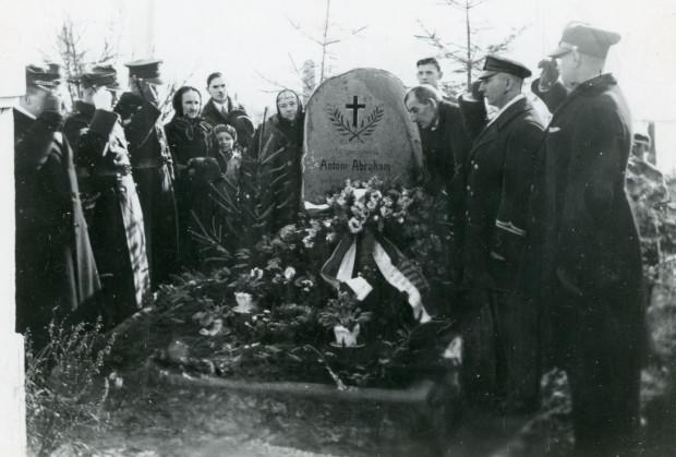 Składanie kwiatów na grobie Antoniego Abrahama w 10. Rocznicę  Odzyskania Pomorza, 1930 r.  (ze zbiorów Muzeum Miasta Gdyni)