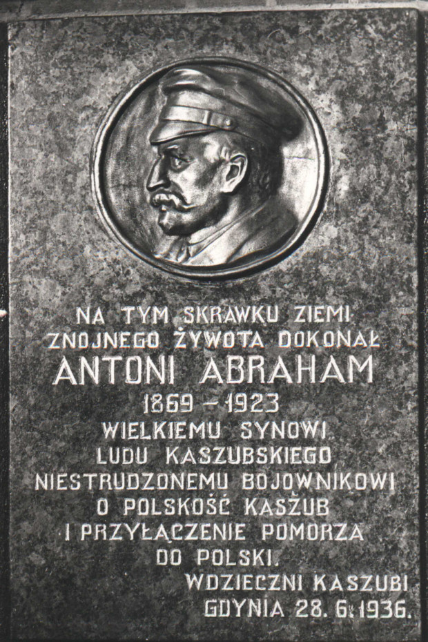 Odsłonięta w 1936 roku, na budynku przy ul. Starowiejskiej 30 w Gdyni, tablica pamiątkowa (ze zbiorów Muzeum Miasta Gdyni)