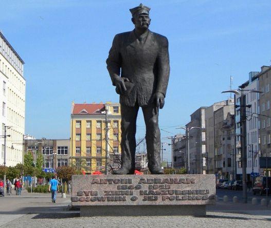 Pomnik Antoniego Abrahama na placu Kaszubskim w Gdyni.