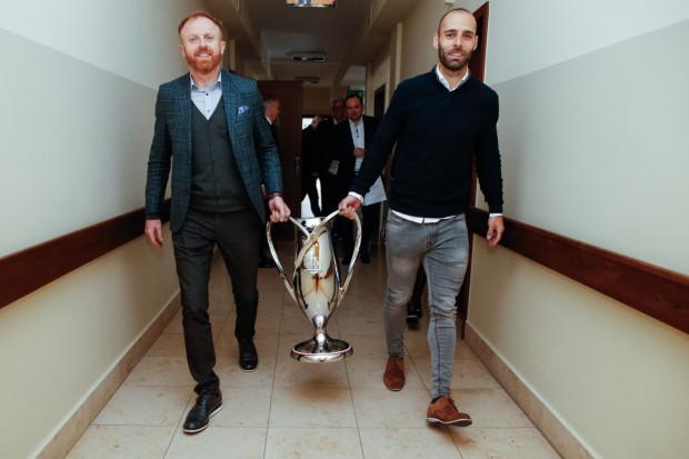 W sobotę i niedzielę kibice Lechii będą mogli zobaczyć Puchar Polski zanim na stałe trafi do gabloty w muzeum. Na zdjęciu trener Piotr Stokowiec (z lewej) i Flavio Paixao wraz z trofeum.