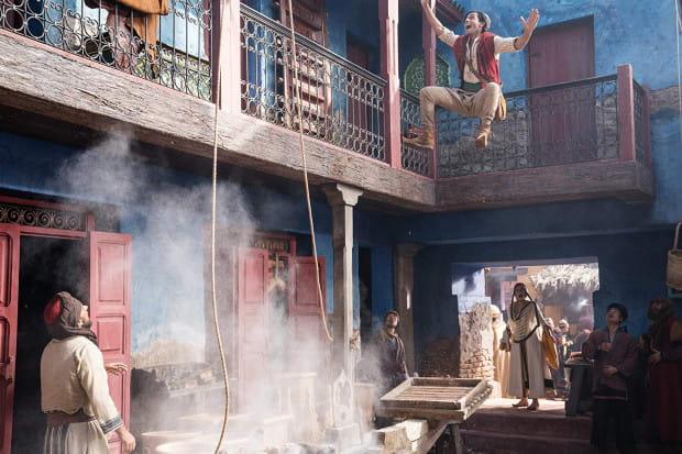 """Aktorska wersja """"Aladyna"""" to przede wszystkim olśniewające bogactwo kolorów, znakomita scenografia, zachwycające kostiumy i charakterystyczna dla Guya Ritchiego dynamiczna praca kamery połączona z ciekawą choreografią. Techniczne film sprawdza się bez zarzutu. Znacznie gorzej prezentuje się scenariusz."""
