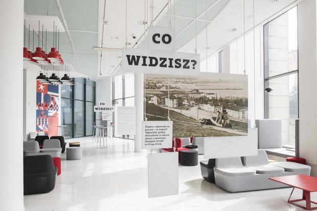 """""""Co widzisz?"""" było ćwiczeniem w patrzeniu na archiwalne fotografie Gdyni, wyselekcjonowane z spośród 40 tys. zdjęć znajdujących się w zbiorach Muzeum Miasta Gdyni."""