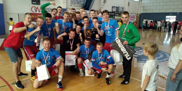 Juniorzy Wybrzeża z trenerem Marcinem Pilchem (w środku w czarnej koszulce).