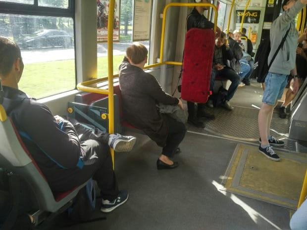 Nie każdy wie, ze rozkładane siedzenia znajdują się w miejscu przeznaczonym na postawienie wózka.